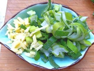 土豆疙瘩汤,葱姜切碎