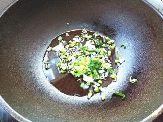 土豆疙瘩汤,爆香葱姜