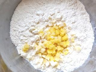 土豆疙瘩汤,土豆倒入<a style='color:red;display:inline-block;' href='/shicai/ 519/'>面粉</a>中,摇动使土豆均匀的沾上面粉。