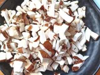 土豆疙瘩汤,香菇切丁