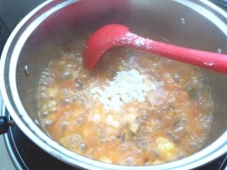 土豆疙瘩汤,下入锅中煮熟
