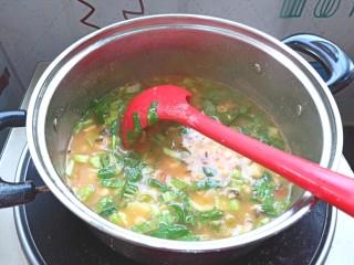 土豆疙瘩汤,下入青菜,搅拌均匀