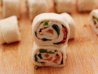 香葱火腿花卷,然后把两个面卷叠在一起。