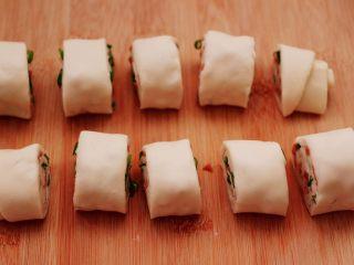香葱火腿花卷,把卷好的面卷,用刀均匀的切成小块。