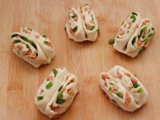 香葱火腿花卷,依次做好所有的花卷。