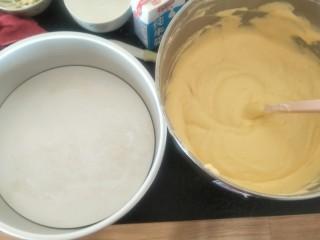 贺寿双层蛋糕(10+6寸),倒入十寸戚风模具中。