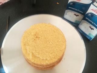贺寿双层蛋糕(10+6寸),把蛋糕片分成三份。