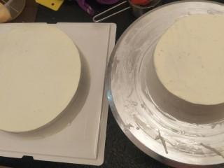 贺寿双层蛋糕(10+6寸),同样的方法。在抹奶油,一个六寸的来。