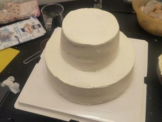 贺寿双层蛋糕(10+6寸),六寸蛋糕小心的放上去。