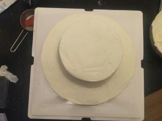 贺寿双层蛋糕(10+6寸),确保蛋糕是在中心位置。