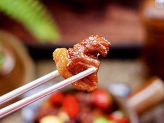 红烧牛肉炖大蒜,啦啦啦,香味浓郁又蒜香味扑鼻的红烧牛肉炖大蒜就出锅咯,吃上一口太爽了。