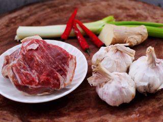 红烧牛肉炖大蒜,首先备齐所有的食材。