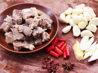红烧牛肉炖大蒜,把所有的食材都备好后,小米辣用刀切成小块。