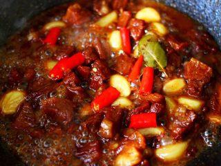 红烧牛肉炖大蒜,加入小米辣烧开即可关火。