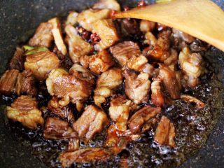 红烧牛肉炖大蒜,大火翻炒至所有的食材和调料混合均匀后。