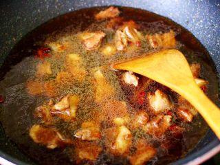 红烧牛肉炖大蒜,这个时候锅中倒入适量的清水。