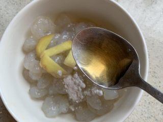 芦笋炒虾仁,虾仁加料酒,姜片,淀粉,白胡椒,抓匀腌制几分钟