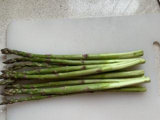 芦笋炒虾仁,芦笋用刮皮刀去除根部老的部分