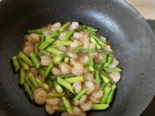 芦笋炒虾仁,炒匀即可!