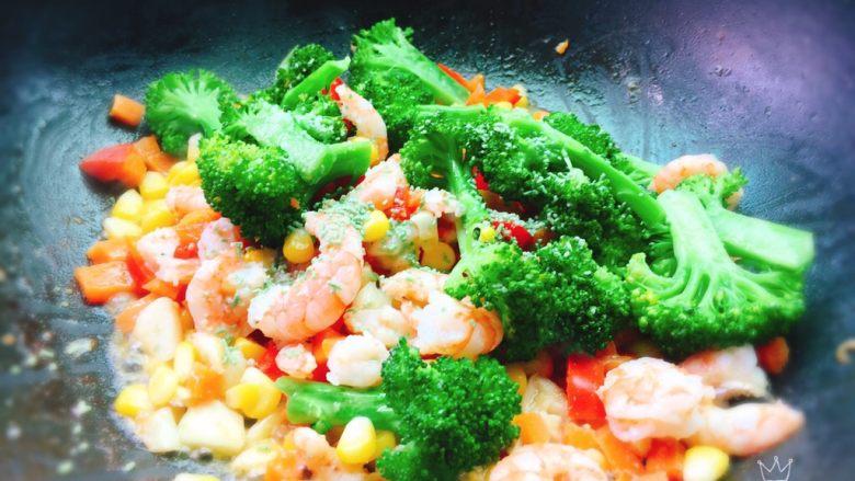 胡萝卜玉米炒虾仁,其实炒的过程都很简单,用时5分钟左右吧!可是写起来好像很漫长[笑眼]。