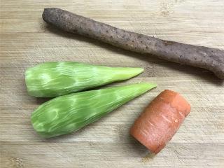 山药胡萝卜炒莴笋,准备好材料,铁棍山药1根,莴笋2个,胡萝卜1小段。