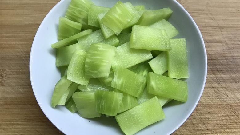 山药胡萝卜炒莴笋,莴笋去掉叶子,削掉外面的莴笋皮,清洗干净用切成薄片。