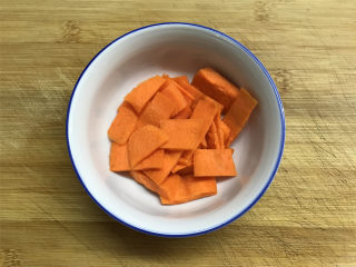 山药胡萝卜炒莴笋,胡萝卜同样的方法去掉皮后冲洗下,切成薄片。