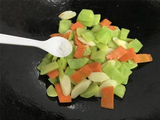 山药胡萝卜炒莴笋,加适量盐调味。