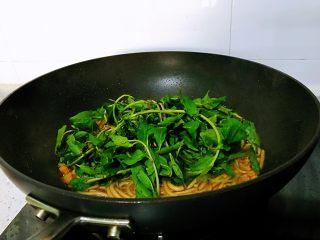 枸杞苗炒粉条,加入枸杞苗,快速翻炒几下,枸杞苗的叶子是很嫩的,只炒两下就可以了,只是过一下锅断生。