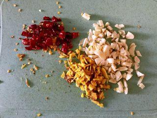 枸杞苗炒粉条,大蒜切成末,生姜切成末,干辣椒切小。饭菜中经常有点大蒜与生姜,不仅仅是为了调味,也有杀菌的作用。