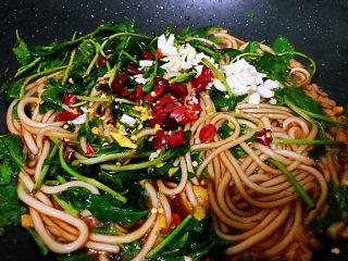 枸杞苗炒粉条,放入余下的部分大蒜,辣椒,加入盐,搅拌均匀即可。如果喜欢特别辣的,在第4步的时候就可以加入辣椒,和大蒜生姜一起炒,不太喜欢辣的就和我这样子在出锅的时候放入辣椒,既能让菜有一点淡淡的辣味,而且颜色会好看,双管齐下。