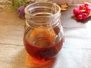 黑糖珍珠奶盖奶茶,红茶两包,泡在热水中,泡至茶浓再捞出茶包。