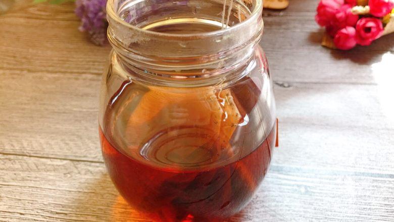 黑糖珍珠奶盖奶茶,<a style='color:red;display:inline-block;' href='/shicai/ 914'>红茶</a>两包,泡在热水中,泡至茶浓再捞出茶包。