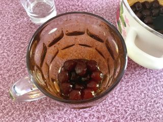 黑糖珍珠奶盖奶茶,取珍珠放在杯中,杯身里抹上糖浆。备着。