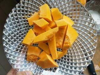 南瓜糯米夹心饼,南瓜削皮切成小块。上锅蒸熟