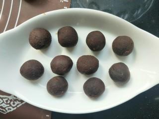 南瓜糯米夹心饼,豆沙馅也分成十份,团成球。