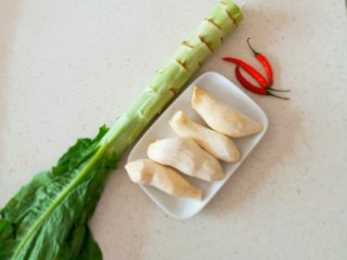 椒香杏鲍菇笋条#爽口凉菜#,食材准备好  莴笋  杏鲍菇  红尖椒