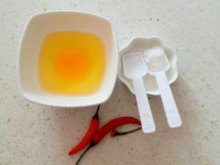 椒香杏鲍菇笋条#爽口凉菜#,鸡蛋1个打散放入2克盐搅拌均匀   糖备用