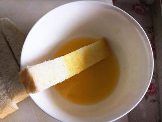 脆香吐司条,将切好的吐司条四周均匀地蘸上黄油液,