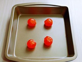 咸蛋黄虾仁豆腐,蛋黄放在烤盘中。