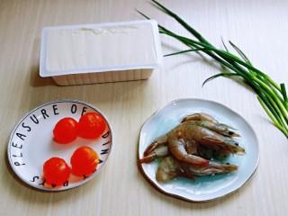 咸蛋黄虾仁豆腐,准备食材,量可以增减。