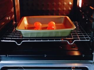 咸蛋黄虾仁豆腐,将烤盘入烤箱中层。