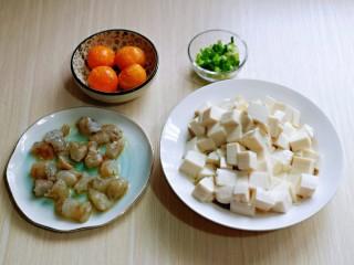 咸蛋黄虾仁豆腐,小葱去皮切葱花,蒜去皮切碎,准备工作完成。