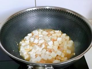 咸蛋黄虾仁豆腐,加入焯水的豆腐。