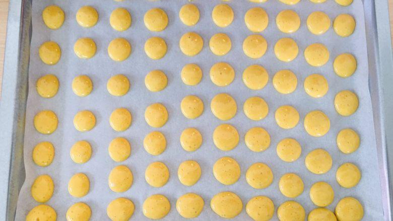 蛋黄小饼干,挤出大小一致的面糊。