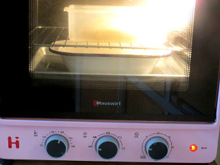 面包店的畅销款之~帕帕罗蒂【咖啡墨西哥面包】,放烤箱中,下层放盘热水。选择发酵功能,进行基础发酵60分钟左右(时间是参考,主要看状态)