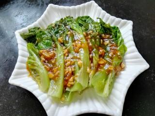 蚝油生菜,将炒好的酱汁倒在生菜上