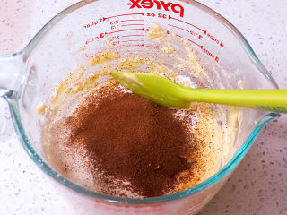 面包店的畅销款之~帕帕罗蒂【咖啡墨西哥面包】,筛入低筋粉和速溶咖啡粉