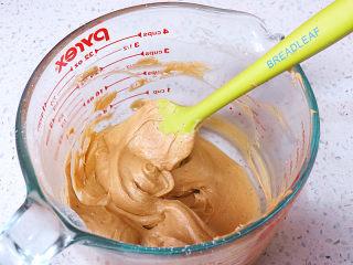 面包店的畅销款之~帕帕罗蒂【咖啡墨西哥面包】,用刮刀拌匀