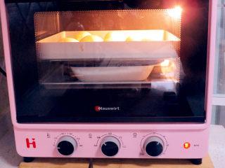 面包店的畅销款之~帕帕罗蒂【咖啡墨西哥面包】,继续放在烤箱里发酵,放一盘热水增加湿度